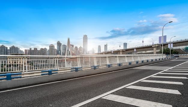 Orizzonte urbano della strada, del ponte e della costruzione urbana Foto Premium