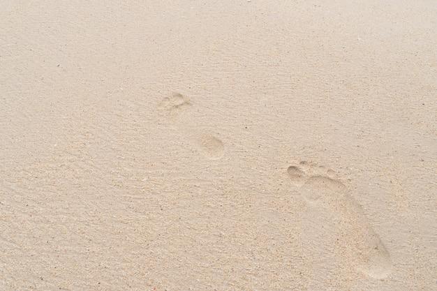 Orme di persone sulla spiaggia Foto Premium