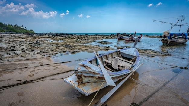 Ormeggio in barca sulla spiaggia del mare Foto Premium