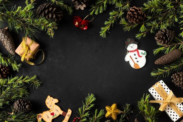 Ornamenti di natale con rami di un albero Foto Gratuite