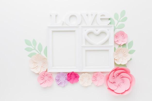Ornamento di carta floreale con cornice amore Foto Gratuite