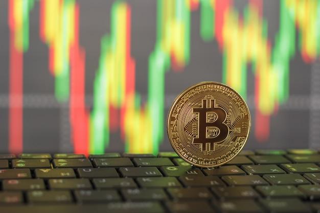 Oro bitcoin e tastiera close-up su sfondo sfocato Foto Premium