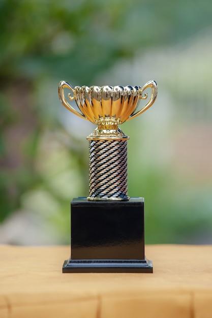 Oro del trofeo sopra bokeh verde eccessivo Foto Premium