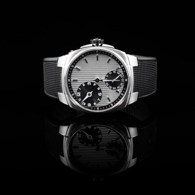 Orologi svizzeri su sfondo nero Foto Premium