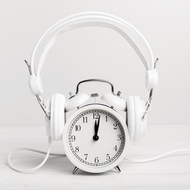 Orologio che ascolta la musica tramite le cuffie Foto Gratuite