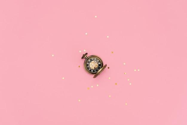 Orologio da tasca antico d'epoca sullo sfondo Foto Premium