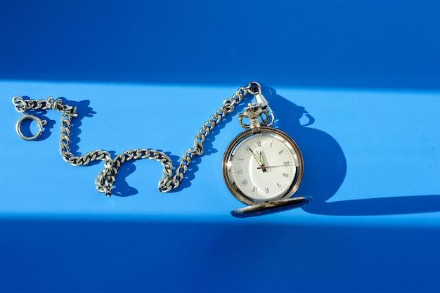 Orologio da tasca d'epoca su sfondo blu Foto Premium