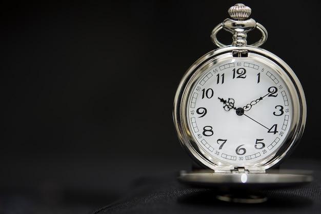Orologio da tasca di lusso isolato su nero Foto Premium