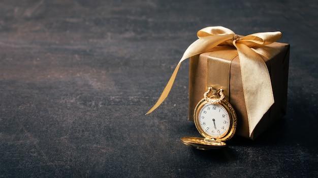 Orologio da tasca in oro e regalo di carta artigianale Foto Premium