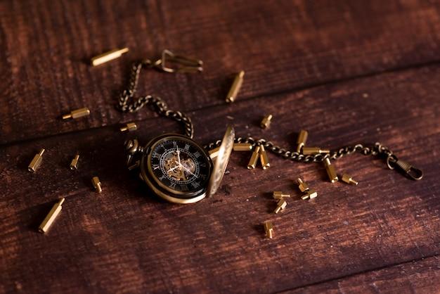 Orologio da tasca vintage e clessidra o clessidra, simboli del tempo con lo spazio della copia Foto Premium