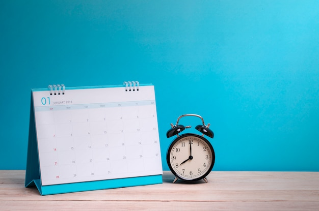 Orologio e calendario dell'annata su legno, concetto di tempo Foto Premium