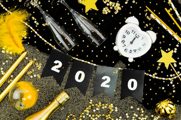 Orologio e ghirlanda di celebrazione di nuovo anno 2020 Foto Gratuite