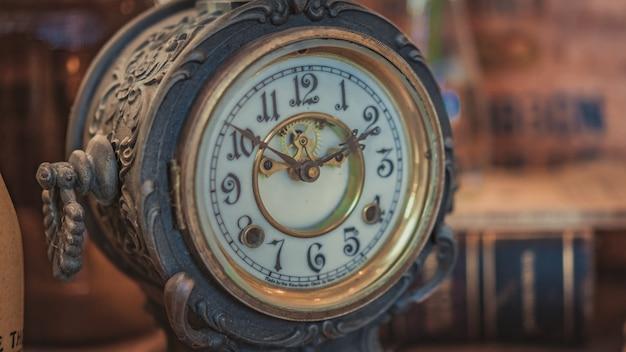 Orologio in metallo antico inciso Foto Premium