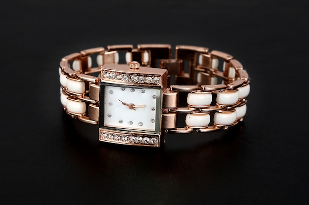 Orologio in oro con strass, forma quadrata Foto Premium