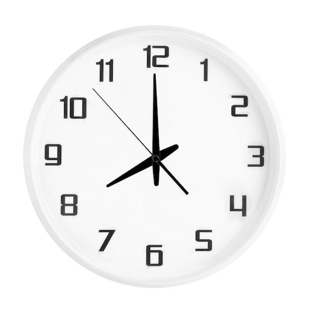 Orologio rotondo bianco dell'ufficio che mostra otto in punto isolati su bianco. orologio bianco vuoto con indicazione delle 20:00 o delle 8:00 Foto Premium