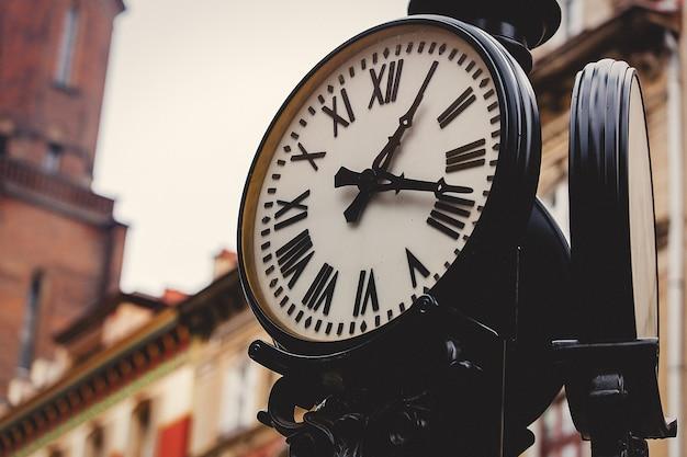 Orologio stradale su un palo. realizzato in stile vintage. Foto Premium