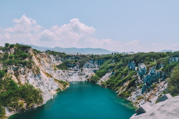 Oscilli la montagna alla spec della copia del fondo di vista del cielo, vista del lago travel Foto Premium