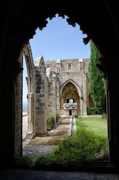 Osservi attraverso l'arco all'abbazia di bellapais in cipro del nord Foto Premium