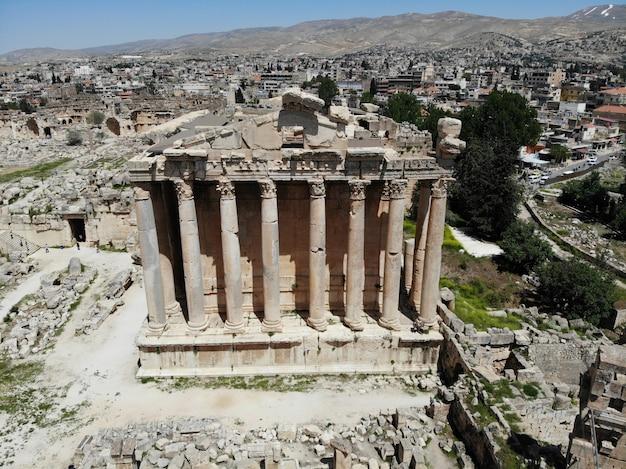 Ottima vista dall'alto antica città di baalbek. il più antico tempio antico. libano. perla del medio oriente. patrimonio mondiale dell'unesco Foto Premium