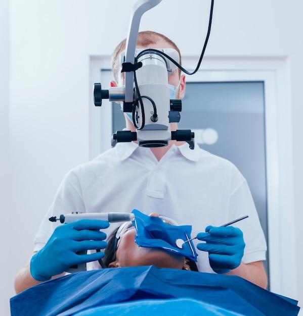 Otturazione dei canali radicolari durante il trattamento endodontico Foto Premium