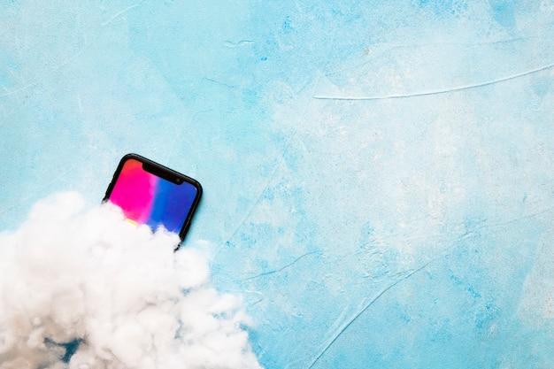 Ovatta Sopra Lo Schermo Del Telefono Cellulare Su Sfondo Blu