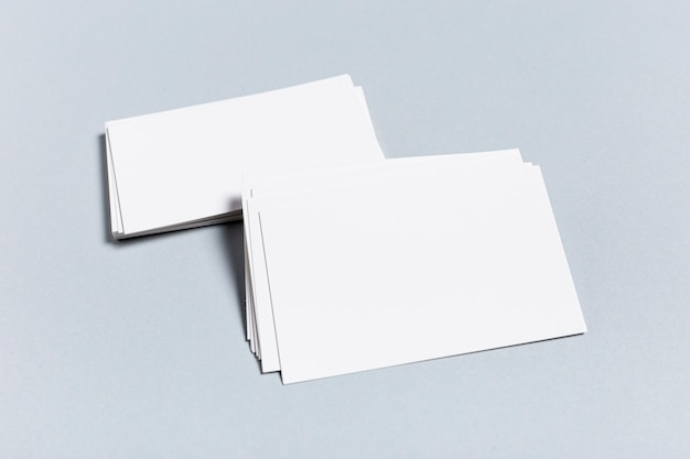 Pacchetto di biglietti da visita in bianco sulla tavola blu Foto Gratuite