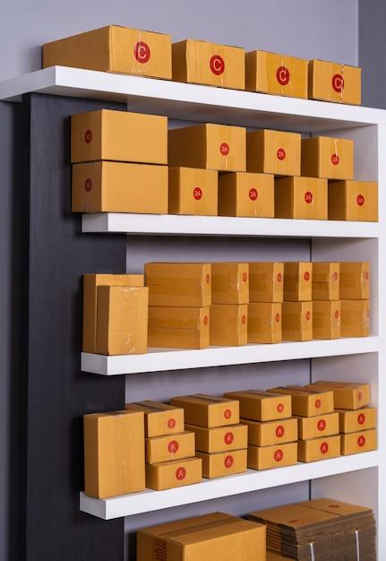 Pacchi sullo scaffale pronto per la spedizione al cliente in ufficio a casa Foto Premium