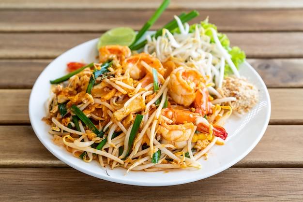Pad thai mescolare spaghetti di riso fritto con gamberi Foto Premium