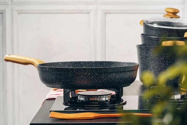 Padella sul fornello a gas in una cucina Foto Premium