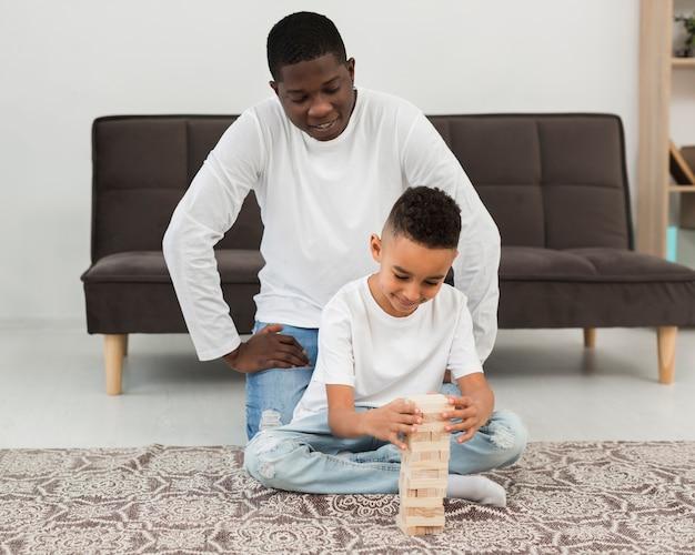 Padre che gioca con suo figlio un gioco Foto Gratuite