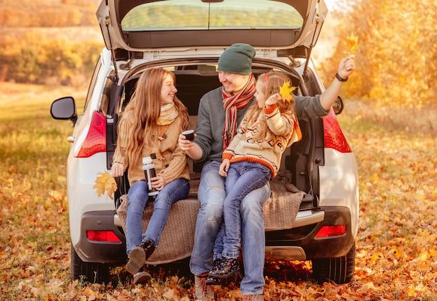 Padre con figlie in un ambiente autunnale Foto Premium