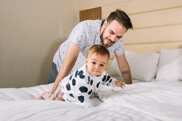 Padre con il bambino a letto Foto Gratuite