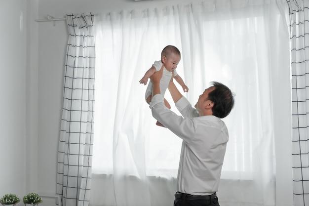 Padre della famiglia felice e figlio del bambino che giocano e che ridono Foto Premium