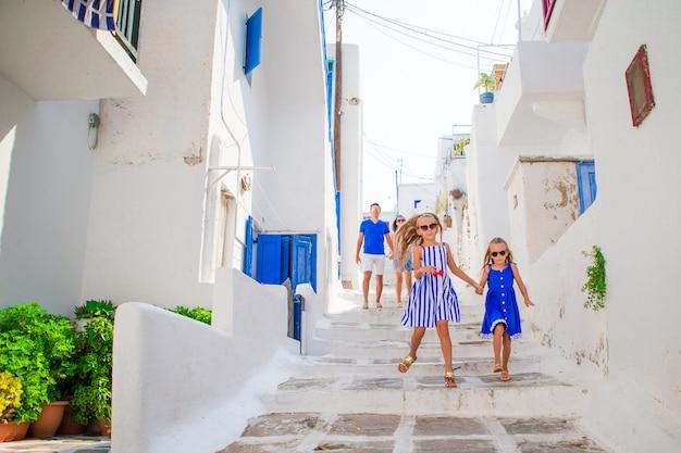 Padre e figli in strada stretta sull'isola di mykonos, in grecia Foto Premium