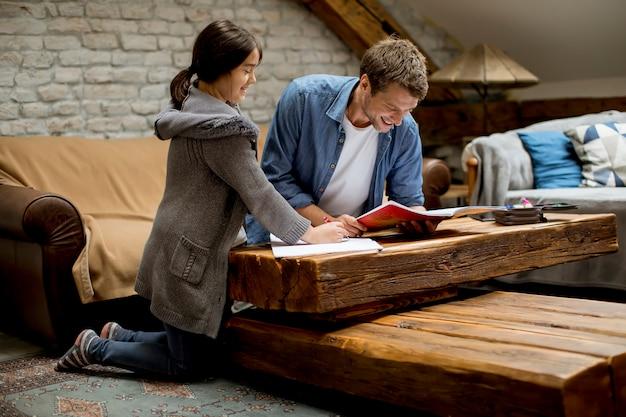 Padre e figlia a fare i compiti a casa Foto Premium