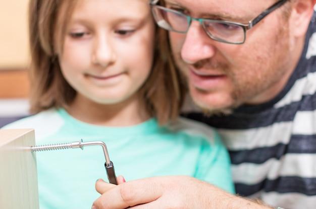 Padre e figlia stanno costruendo mobili Foto Premium
