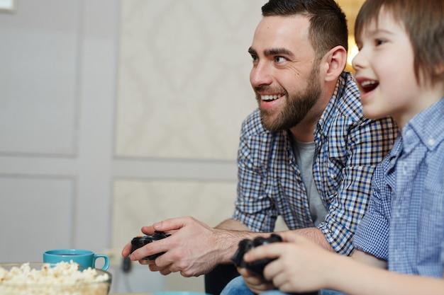 Padre e figlio giocano Foto Gratuite