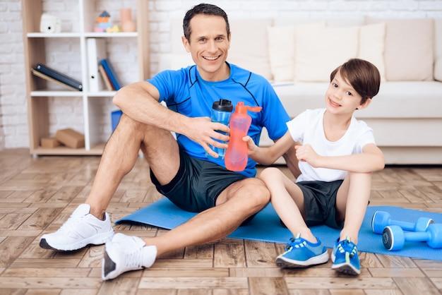 Padre e figlio riposano dopo l'esercizio. Foto Premium