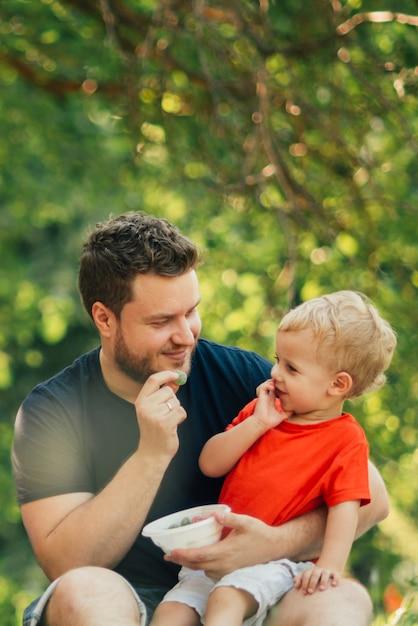 Padre e figlio si guardano Foto Gratuite