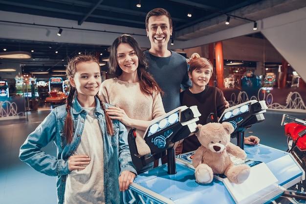 Padre e madre stanno pilotando astronavi che giocano in arcade Foto Premium