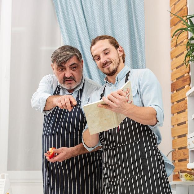 Padre e presto controllando una ricetta Foto Gratuite