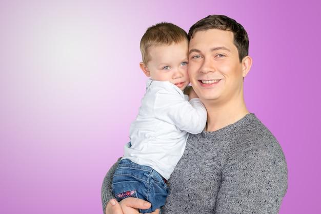 Padre felice che tiene il suo piccolo figlio Foto Premium