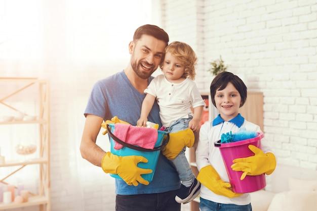 Padre sta insegnando a un figlio una casa delle pulizie. Foto Premium