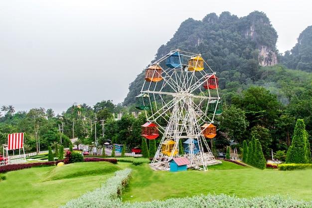 Paesaggi e parchi di divertimento nella valle in inverno, nebbia sullo sfondo a krabi, thailandia Foto Premium