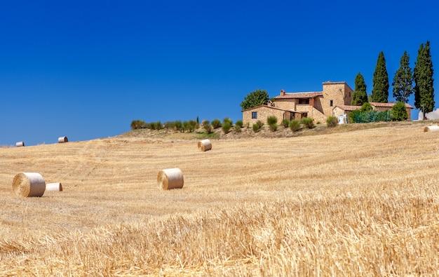 Paesaggi rurali della toscana, italia. balle e pagliai sulle colline e campi. Foto Premium