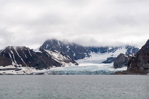 Paesaggio artico nelle svalbard con ghiacciaio Foto Premium