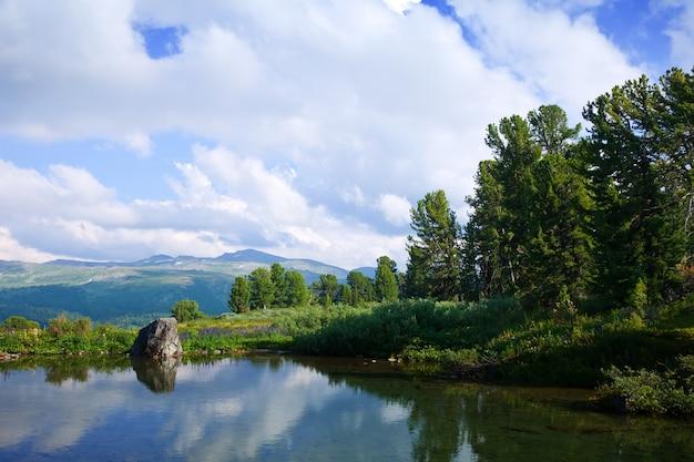 Paesaggio con laghi di montagna Foto Gratuite