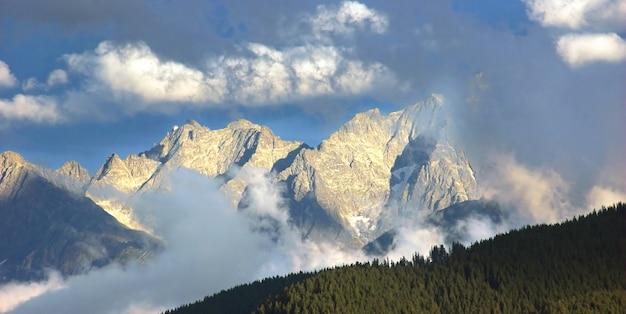 Paesaggio con le montagne rocciose Foto Gratuite