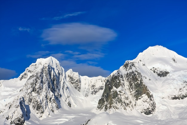 Paesaggio con montagne innevate Foto Premium
