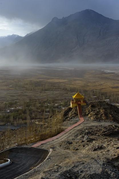 Paesaggio dal monastero di diskit nella valle di nubra di ladakh, kashmir, india. Foto Premium